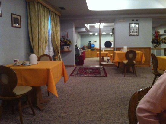 Hotel Valeria: Sala colazione a buffet, molto in!