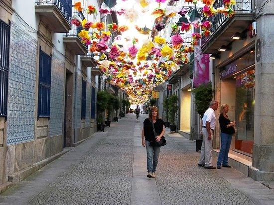 Hotel Jardim Viana Do Castelo: Típica callecita engalanada en primavera
