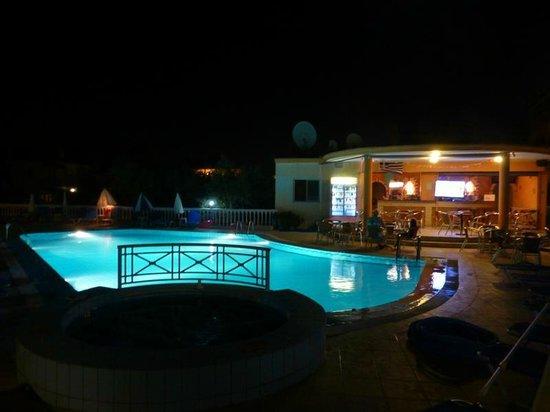 Georgia Apartments : Pool and bar at night