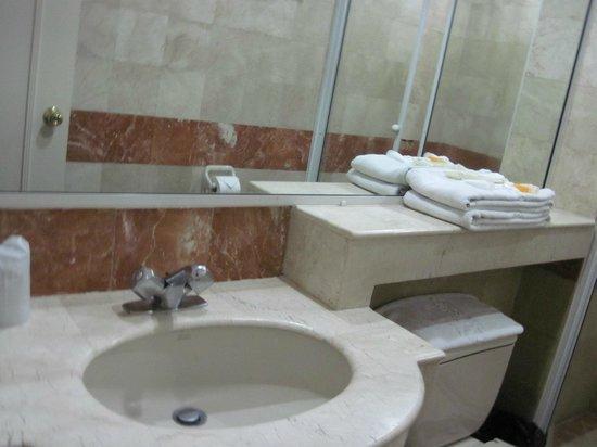 Orchid Garden Suites - Manila: The bathroom