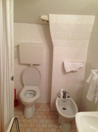 Bagno piccolo e con tenda doccia rotta picture of malibu rimini tripadvisor - Bagno piccolo con doccia ...