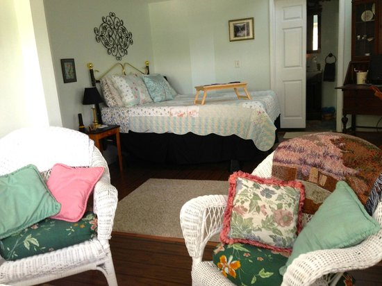 Lake Valley Legends Bed and Breakfast: Our sunny Lakeview Room
