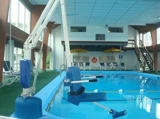 Hyannis Inn Motel: Indoor Pool Handicap Lift