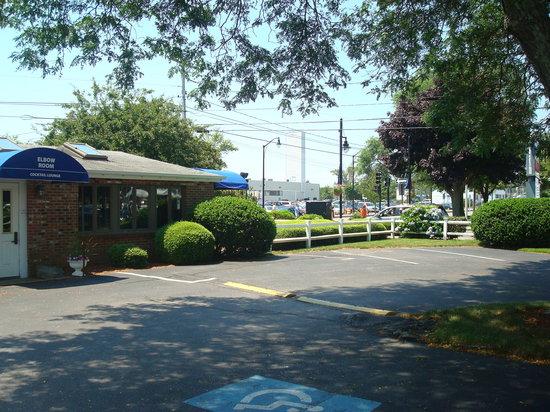 Hyannis Inn Motel: Elbow Room Lounge