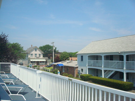 Hyannis Inn Motel: Pool side Deck