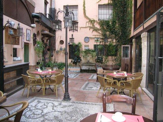 Hotel Posada Del Toro: Patio central con las mesas para el desayuno