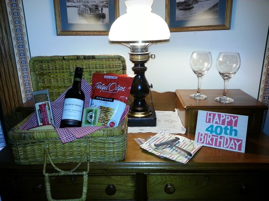 Hexagon House Bed and Breakfast : In room picnic arranged by the Innkeepers