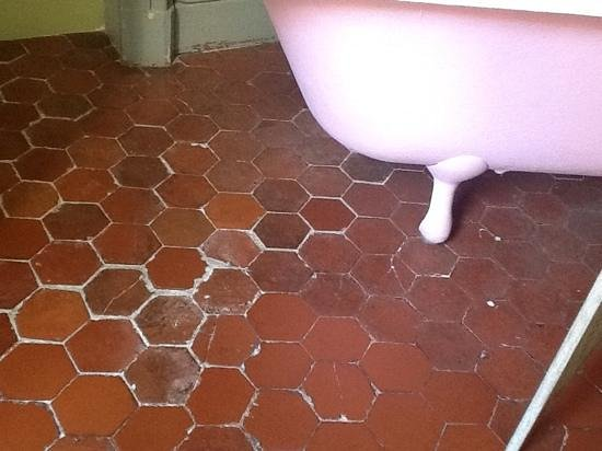 La Petite Saunerie : bath and floor in the romantic room