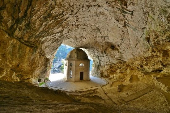 Resultado de imagem para tempio del valadier genga