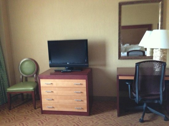 Embassy Suites by Hilton Omaha-La Vista/Hotel & Conference Center: tv and desk in living area