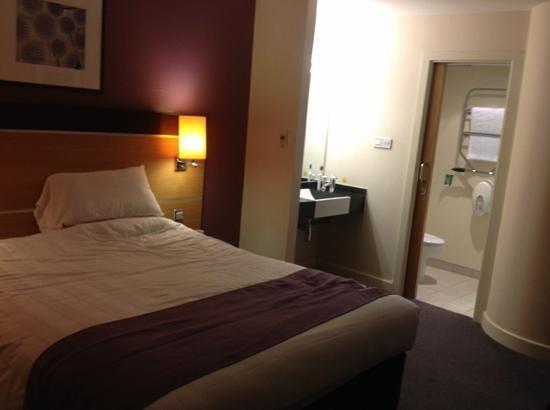 Premier Inn Portsmouth Port Solent Hotel: Large room with shower