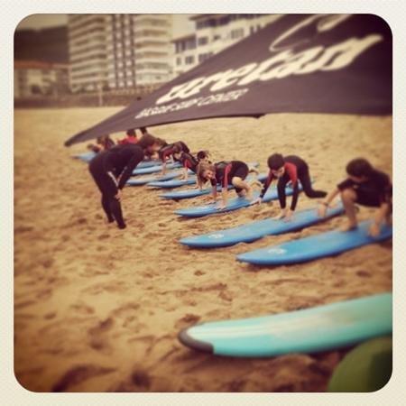 Bakio, Espanha: practicando en la arena antes de surfear!