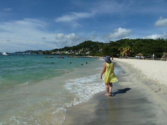 Coyaba Beach Resort: Beach walking