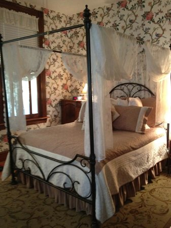 Weller Haus Bed, Breakfast and Event Center: Lovely room