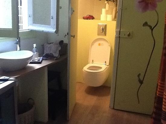 La Petite Saunerie : toilet near kitchen for romantic room