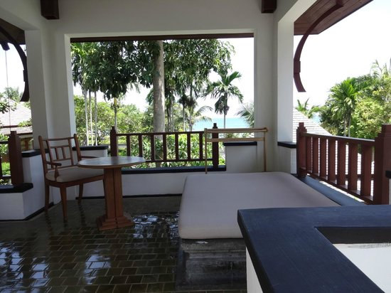 Nakamanda Resort & Spa : Vaste patio avec vue sur mer.