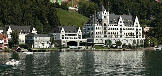 Park Hotel Vitznau: Approaching hotel from lake