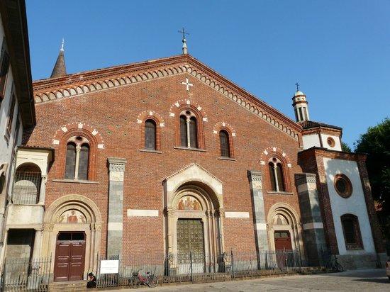 Sarcofago picture of basilica di sant 39 eustorgio milan for Piazza sant eustorgio