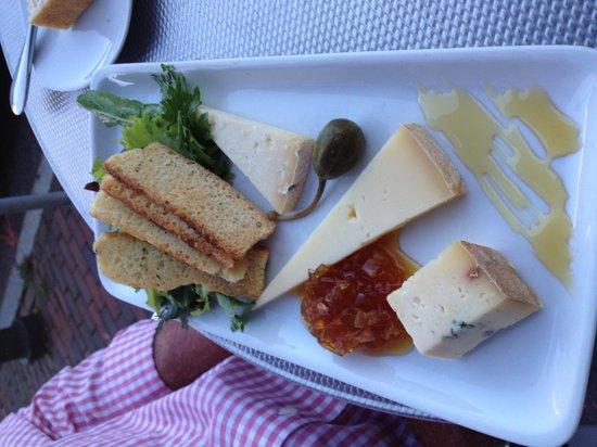 Solo Bistro : local cheese plate