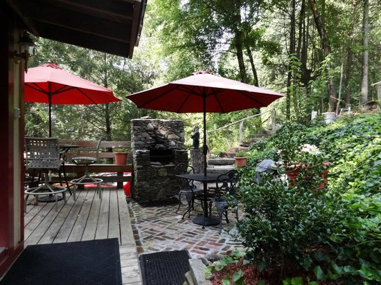 West Oak Bed & Breakfast: Outside Deck with fireplace & grill