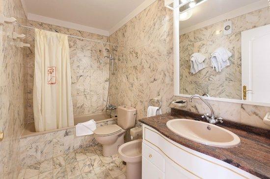 Apartamentos Casablanca: Baño aptos.