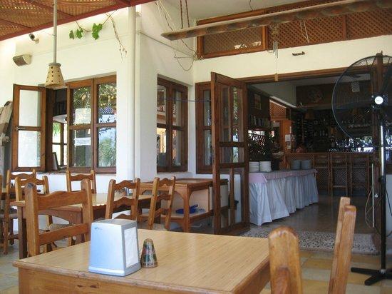 Riviera Beach Bungalows: dining