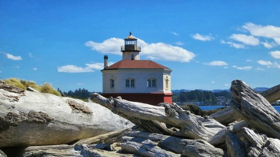 Coquille River Lighthouse: View of the lighthouse from the pier