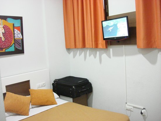 Explanada Hotel Alicante: Terrifyingly small room