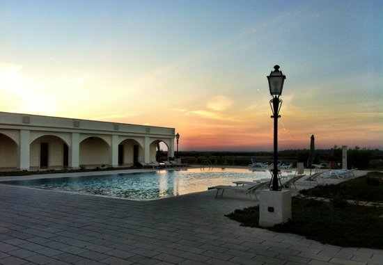 Agri Hotel Conte Salentino: La piscina al tramonto