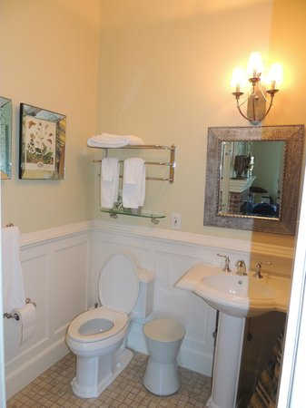 Jedediah Hawkins Inn & Restaurant: Room Bathroom at Sage Room