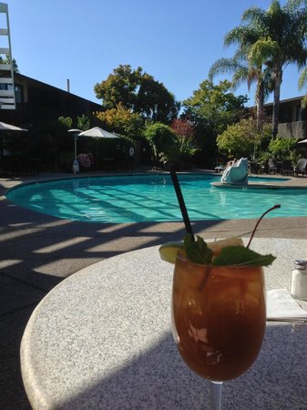 Dinah's Garden Hotel: Mai tai by the pool