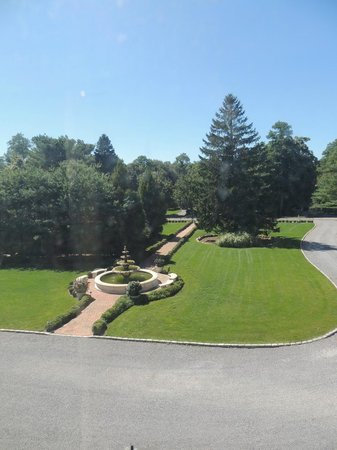 Jedediah Hawkins Inn & Restaurant : View of Grand Lawn from Sage Room with Fountain