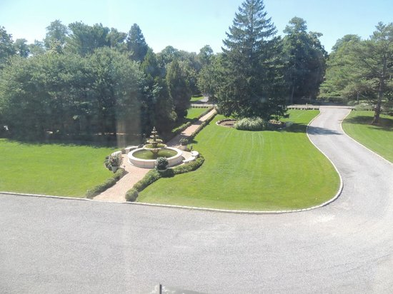 Jedediah Hawkins Inn & Restaurant: View from Sage Room of Front Fountain and Lawn