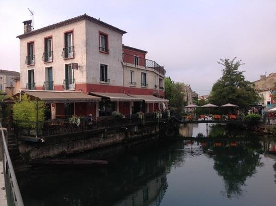 Les Terrasses du Bassin: view of the hotel/restarant with dining on the bridge