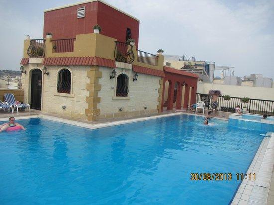Piscina sul terrazzo - Foto di Soreda Hotel, Qawra - TripAdvisor