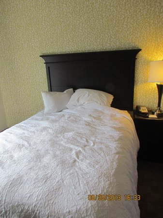 Hampton Inn Pigeon Forge: Beds after housekeeper made the room