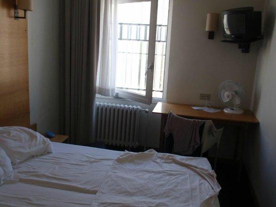 Hotel Queen Anne: Camera piccola senza aria condizionata ne armadio
