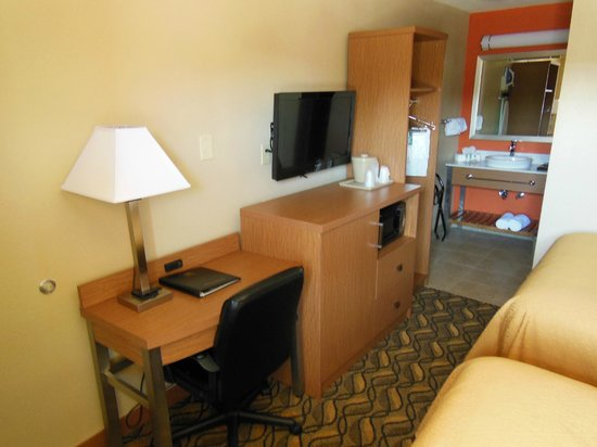 Quality Inn & Suites Six Flags Area : Guest Room