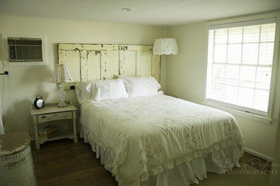 Hodge Podge Lodge: giddy's cottage Master Bedroom
