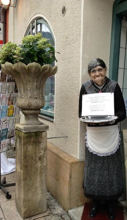 Altstadt von Fuessen: Toll gearbeitete Oma!Sieht aus wie echt!