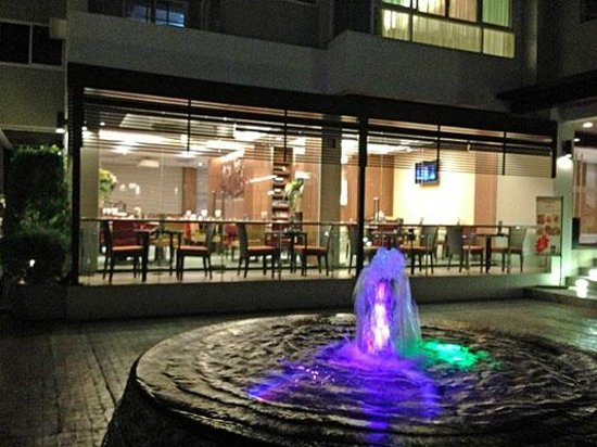 Legacy Suites Sukhumvit by Compass Hospitality : Outdoor Courtyard view of Chillz Restaurant