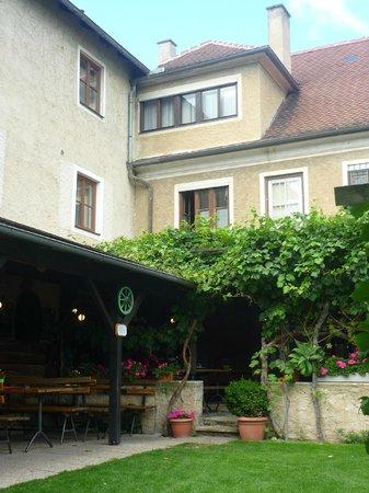 Stockingerhof: Schöner Garten und Innehof