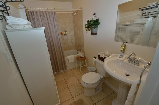 Sunflower Hill, A Luxury Inn : Garret - Bathroom