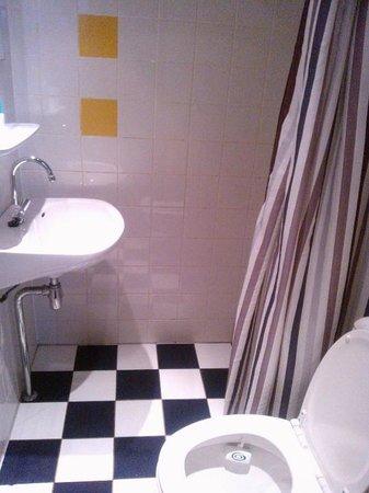 Hotel De Gerstekorrel: bagno stanza fumatori