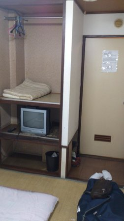 Hotel Toyo: Single room with tv and small alcove