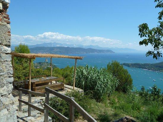 Rifugio Muzzerone: tavoli e vista dal rifugio