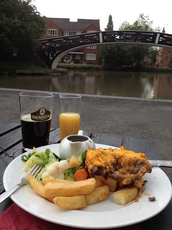 The Greyhound Inn: Pie and pint by the canal junction!