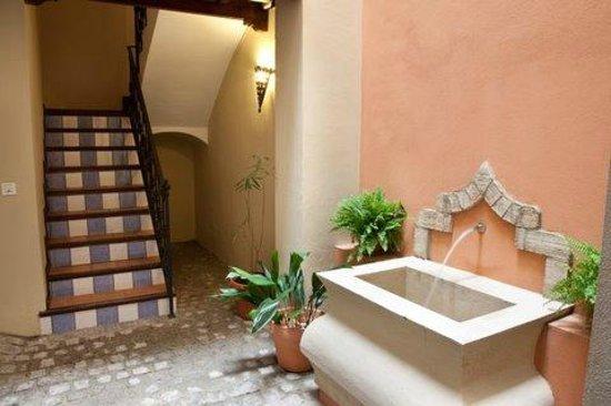 Apartamentos Puerta de San Esteban: Patio de acceso de entra a los apartamentos con fuente