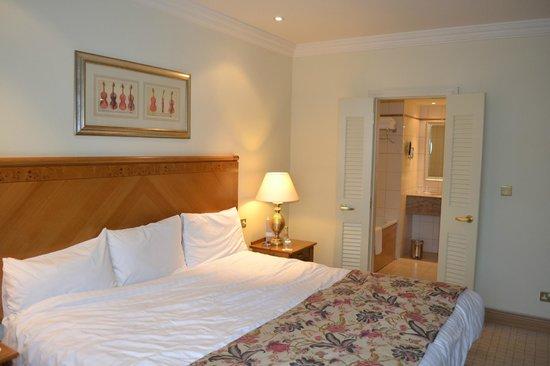 Mount Wolseley Hotel, Spa & Golf Resort: bedroom-view to seperate shower&bathroom area
