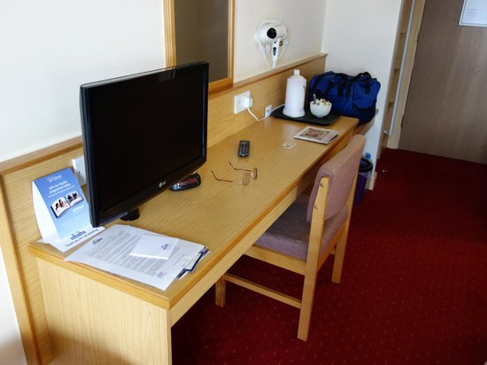 Days Inn Tewkesbury Strensham: Good working surface and reasonable TV.